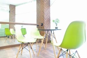 王子レンタルスタジオのカフェテーブル